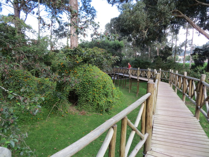 Raised path in a park in Cuenca.